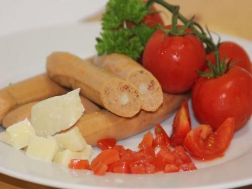 Symbolfoto für Grillwürstel mit Paradeiser/Pecorino